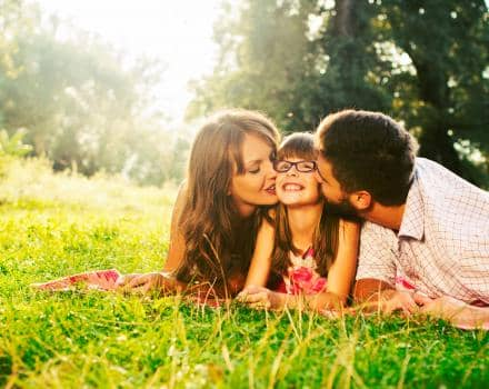 rodzice-z-dzieckiem-na-trawie