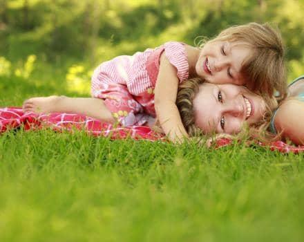 dziewczynka-z-mama-na-trawie