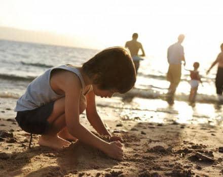 chlopiec-w-piasku-na-plazy