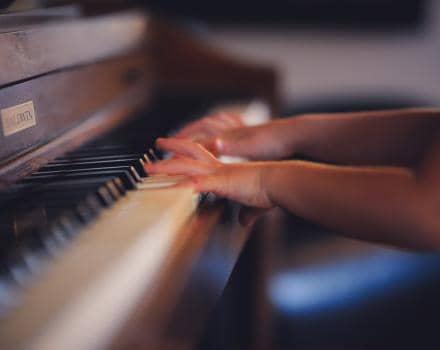 dziecko-gra-na-pianinie