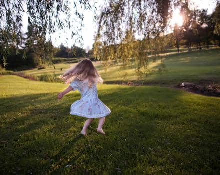 dziewczynka-na-trawie